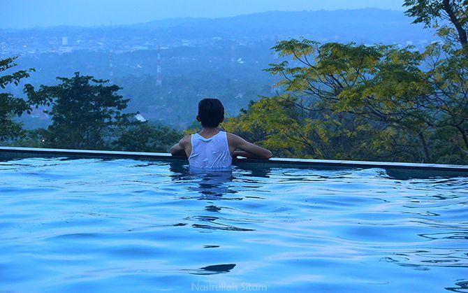 Bersantai di kolam renang d'Emmerick Hotel Salatiga