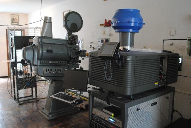 projetor de filme em rolo e projetor digital.