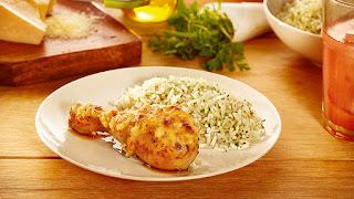 Coxa assada com creme de cebola e arroz branco com ervas