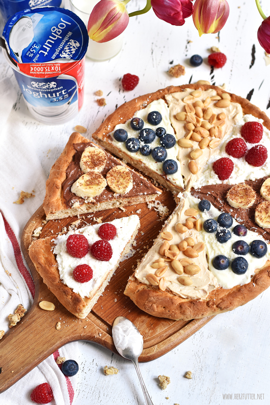 Süße Frühstückspizza mit Joghurtsauce