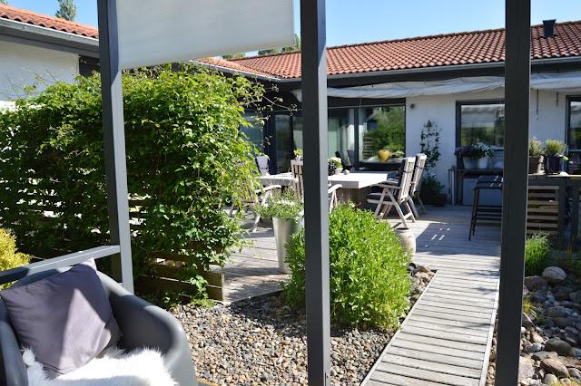 Herlig terrasse utenfor boligen. Trädgårdsrundorna