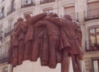 el-abrazo-juan-genoves-escultura-custom.