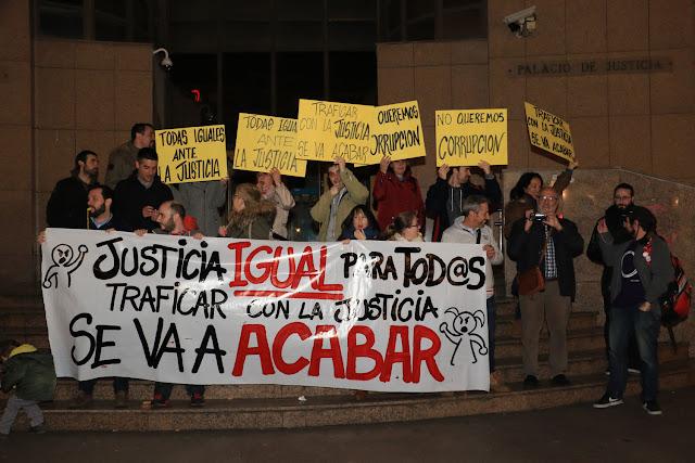 Una veintena de vecinos protesta contra la justicia corrupta