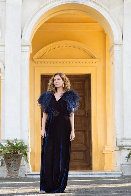 vestido azul com plumas, patricia pillar como isabel