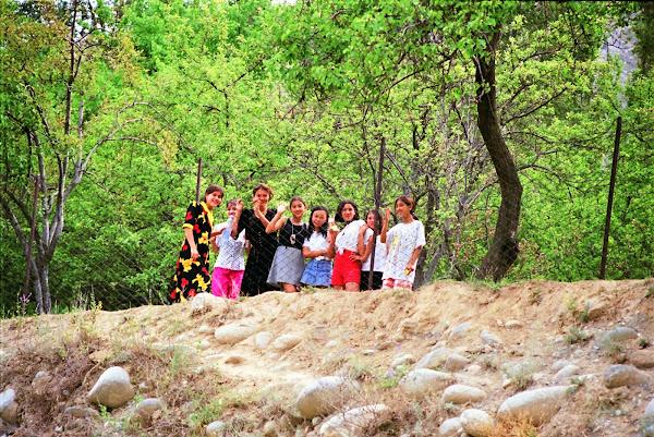 Ouzbékistan, Shakhimardan, jeunes filles, © L. Gigout, 1999