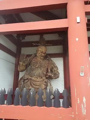子安観音寺の仁王門の金剛力士像