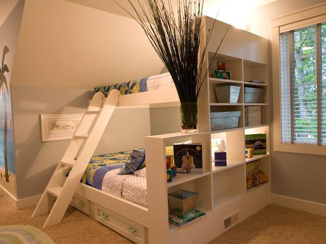 Deux lits avec espaces de rangement