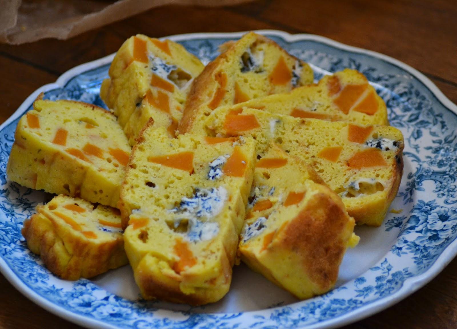 Vegetarische hartige cake met pompoen en blauwe kaas
