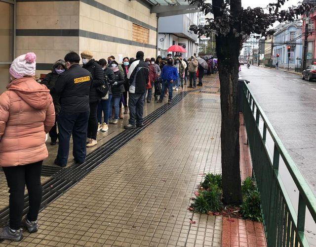 😷 Osorno: Solicitud de ayudas generan filas en accesos a oficinas municipales