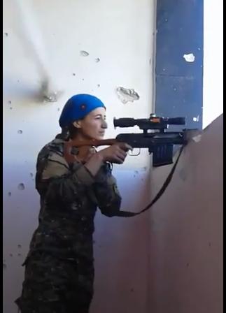 Valiente soldado kurda casi muere y se ríe (video)