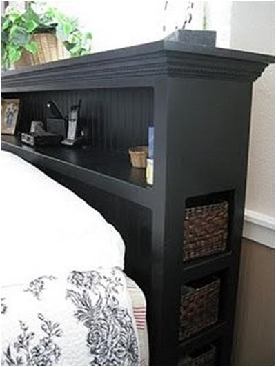 Headboard sekaligus lemari dan laci adalah solusi untuk kamar sempit, supaya kamar tampak lebih lega.