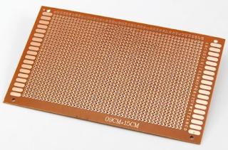 PCB perforado para montar circuito electrónico.
