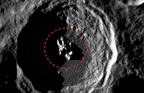 Cratere lunare c'è qualcosa sopra forse un disco volante