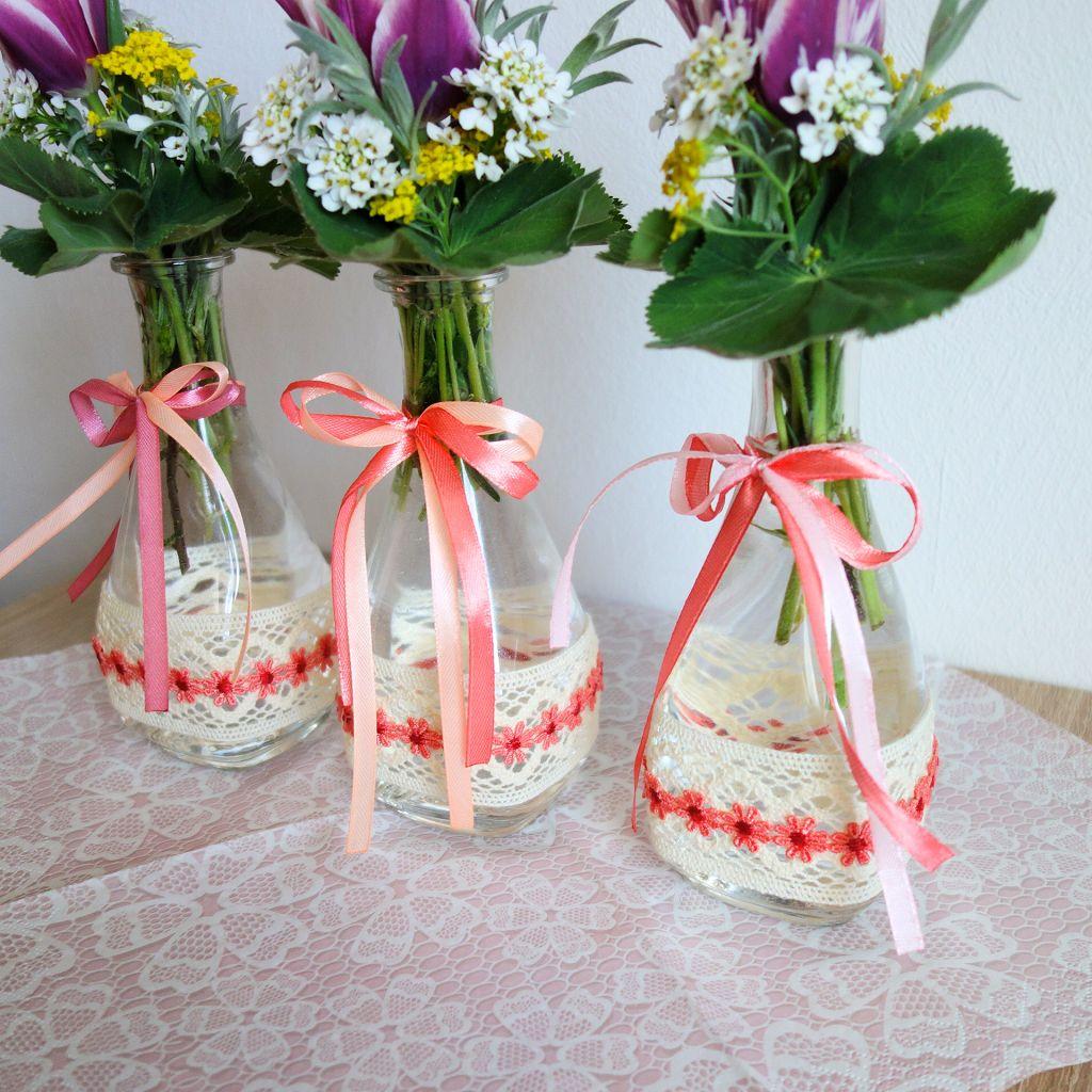 diy fr hlingsdeko und 5 gewinnerinnen vase mit baumwollspitze und satinb ndchen verzieren. Black Bedroom Furniture Sets. Home Design Ideas