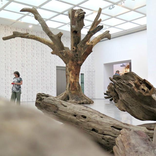 עץ מלאכותי מקרוב עבודה של איי ווייוויי
