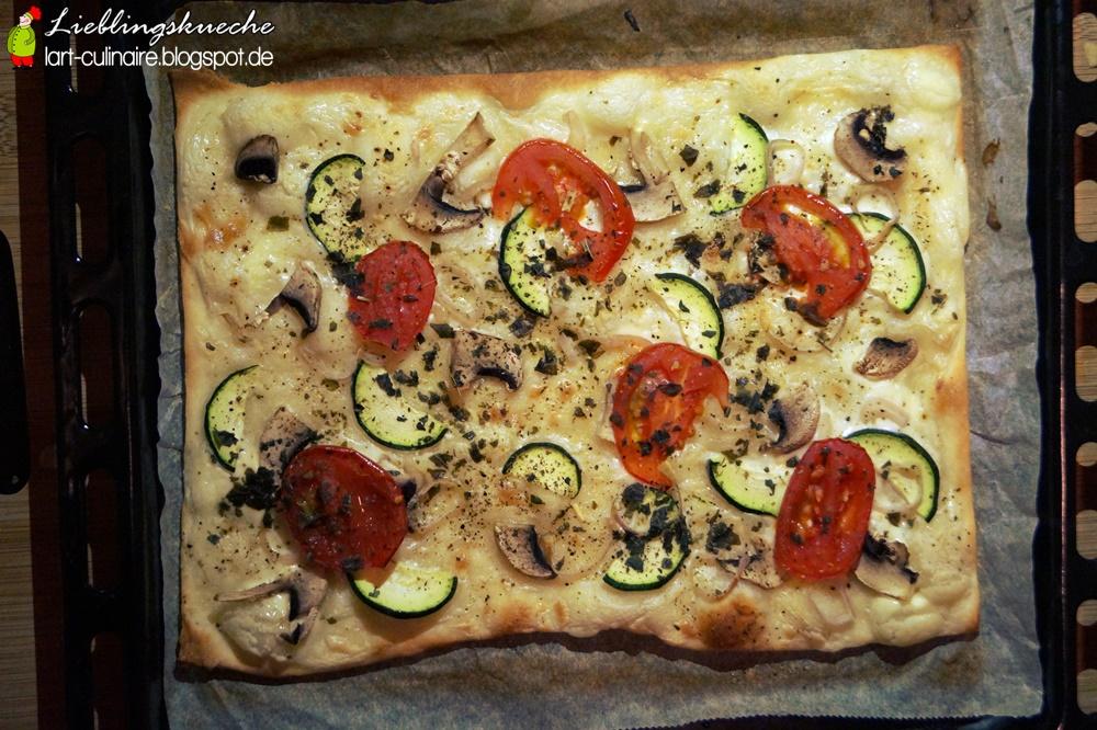 Flammkuchen mit Champignons, Zucchini und Tomaten