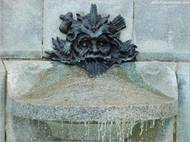 Monumento a Paul Chomedey de Maisonneuve: Mascarón