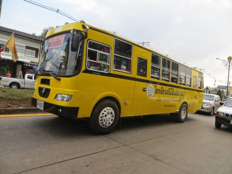 Тайский желтый автобус