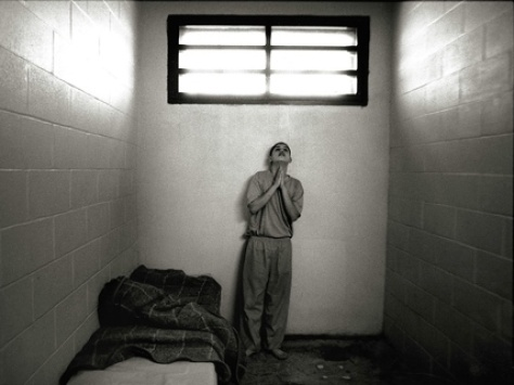 tra tấn biệt giam là... và giam cầm phần người của họ.