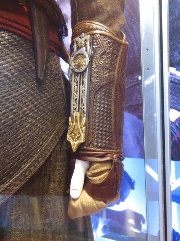Aguilar Assassins Creed wrist gauntlet detail