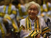 Salut, Nenek ini Punya Gelar Sarjana Di Usia ke-91