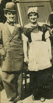 """Чарли Чаплин и Мэйбл Норманд на съемках """"Прерванного романа Тилли"""" (1914)"""