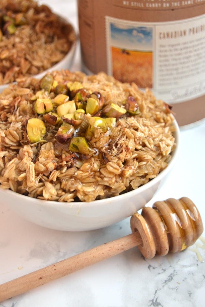 Baklava Oatmeal is a 5-minute hot breakfast with crunchy pistachios, sweet honey and crisp shredded wheat cereal that tastes like your favorite dessert! www.nutritionistreviews.com
