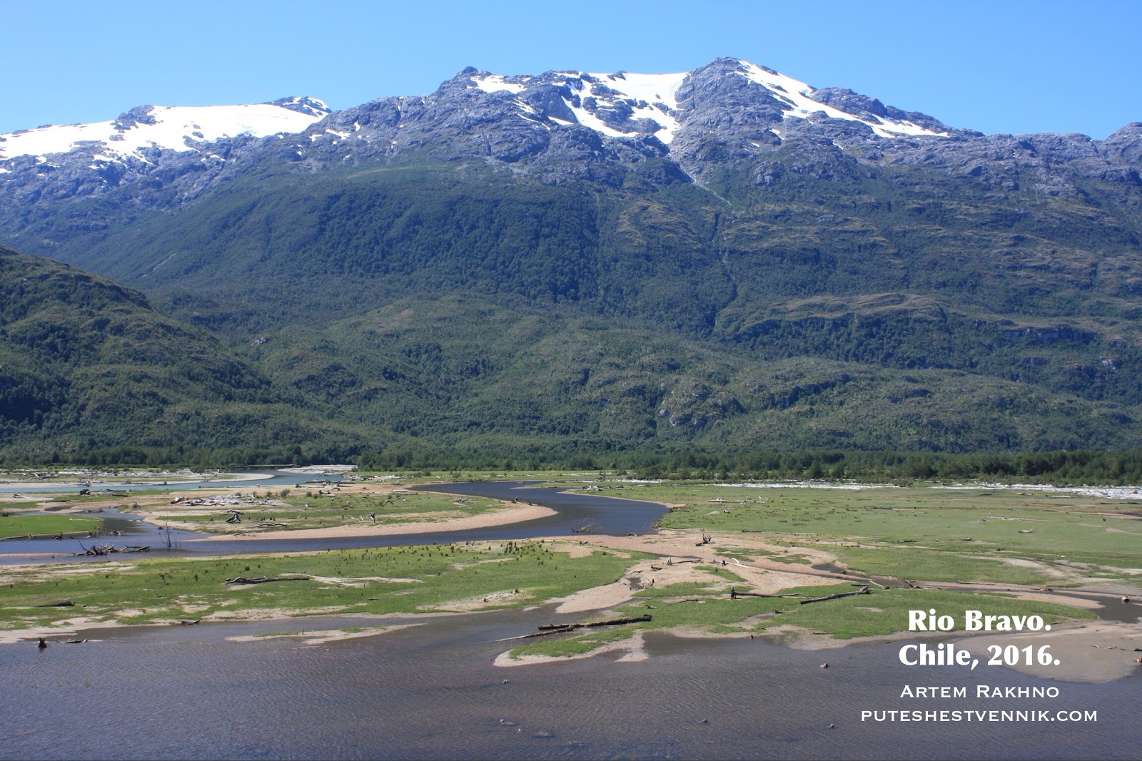 Горы и река на юге Чили