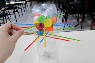 http://www.pequeocio.com/manualidades-recicladas-juegos-tapas-plastico/