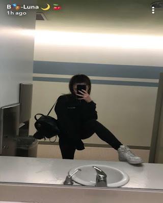 pose tumblr espejo con la pierna levantada