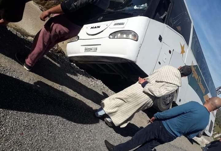 تارودانت24 /  شفشاون : انقلاب حافلة مسافرين كانت في طريقها الى الحسيمة (صور)