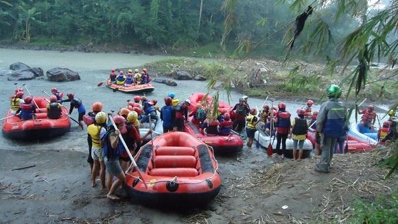 arung jeram jogja rafting di paket outbound magelang sungai elo