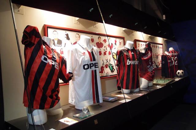 Antigos uniformes expostos no museu do San Siro