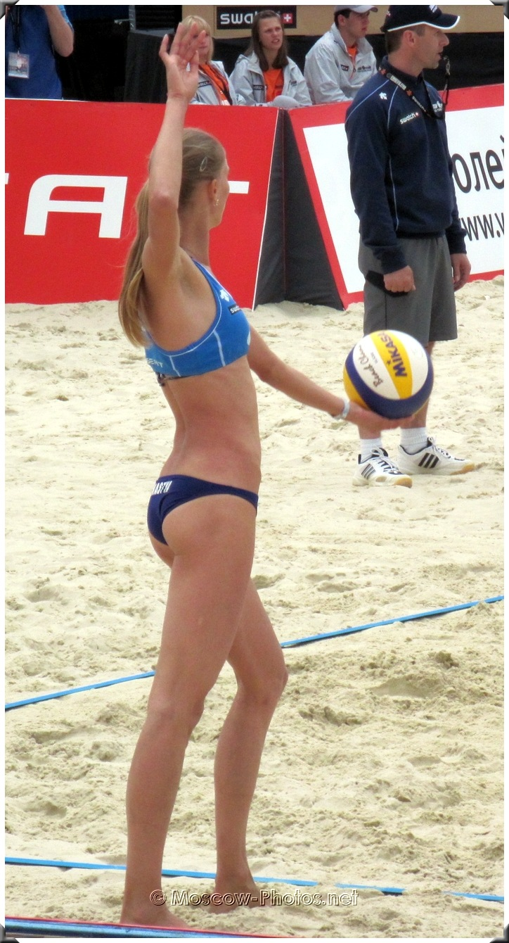 BEACH VOLLEYBALL SERVING PLAYER