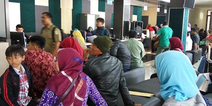 Antrian warga yang sedang mengurus dokumen kependudukan.