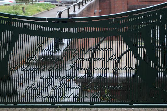 ציטוט של אוסקר ווילד ליד בית הכלא