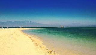 pemandangan terumbu karang yang cantik di Pulau Gili Ketapang