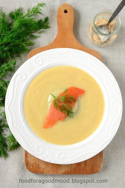Znajomy smak w całkowicie nowym wydaniu. Podstawą tej pysznej zupy jest żytni zakwas, znany głównie z innej, sztandarowej, polskiej potrawy - żurku.   W postaci kremu z odrobiną chrzanu oraz z dodatkiem wędzonego łososia i świeżego koperku smakuje równie dobrze i tak samo syci, jak i rozgrzewa.
