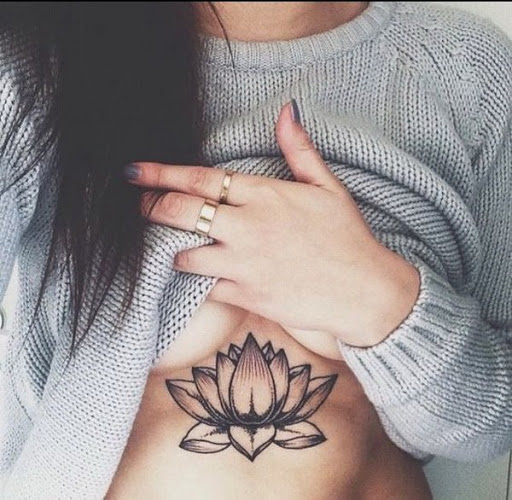 Tatuagem De Flor De Lótus Sob Mama