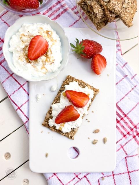 Sesam-Sonnenblumenkern-Knäckebrot, Vanille-Frischkäse und Erdbeeren