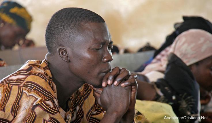Hombre nigeriano orando