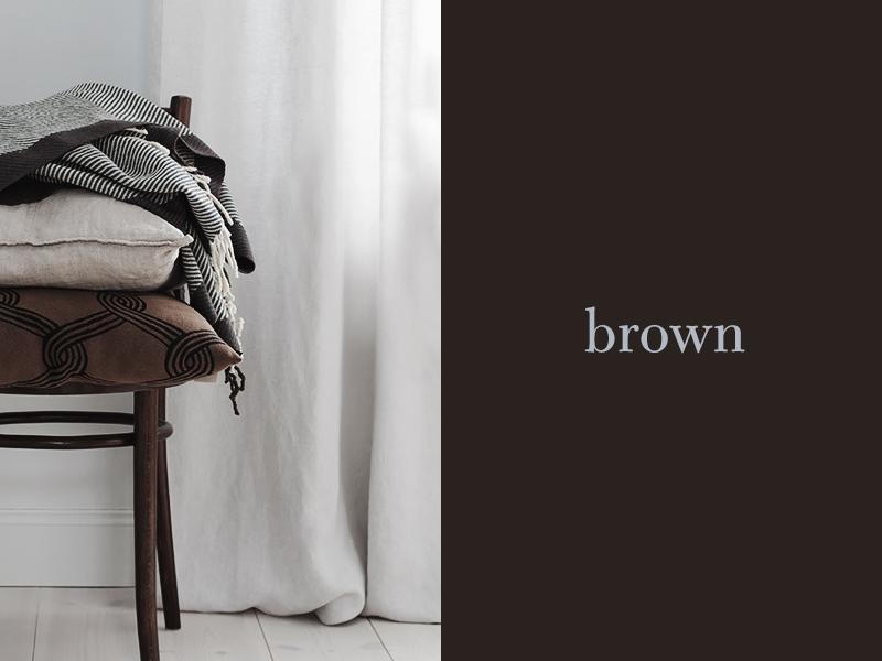 ruskeat tekstiilit, brown cushions