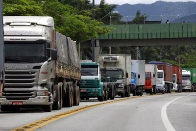 Caminhões enfileirados por conta da greve