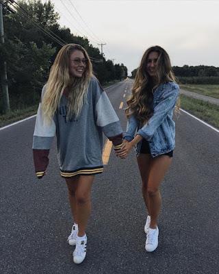 poses de amigas caminando por la calle