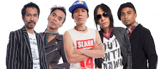 """Biografi Band Slank  Slank merupakan salah satu band papan atas Indonesia yang digawangi oleh Bimbim, Kaka, Ridho, Ivanka, dan Abdee. Band ini berdiri sejak 26 Desember 1983 di Jakarta. Awalnya Bimo Setiawan Sidharta alias Bimbim membentuk sebuah grup bernama Cikini Stones Complex (CSC) yang merupakan cikal bakal dari Slank. Namun grup ini hanya memainkan lagu-lagu dari Rolling Stones, sehingga mereka merasa jenuh dan akhirnya di akhir tahun 1983 grup ini dibubarkan.  Bimbim meneruskan semangatnya dalam bermusik dan membentuk sebuah band bernama Red Devil yang sekarang dikenal sebagai """"SLANK"""". Nama Slank sebenarnya diambil dari cemoohan dari orang-orang yang menyebut mereka adalah cowok """"slengekan"""". Mereka sempat menampilkan lagu lagu ciptaan mereka hingga Ervan memilih mundur dari Slank.  Setelah melalui perjuangan panjang akhirnya terbentuklah formasi yang solid dalam Slank Bimbim (Drum), Bongky (Bass), Pay (Gitar), Kaka (Vokal) dan Indra (Keyboard). Formasi ini merupakan formasi ke-13 Slank loh. Pada tahun 1990 demonya diterima dan akhirnya album pertamannya meledak di pasaran. Album dengan hit Memang dan Maafkan itu membuat mereka mendapatkan BASF Award untuk kategori pendatang baru terbaik.Kemudian bersama sepupunya Denny BDN (Bang Denny) sebagai Bass, Erwan pada Vokal, dan Kiki yang juga mantan"""