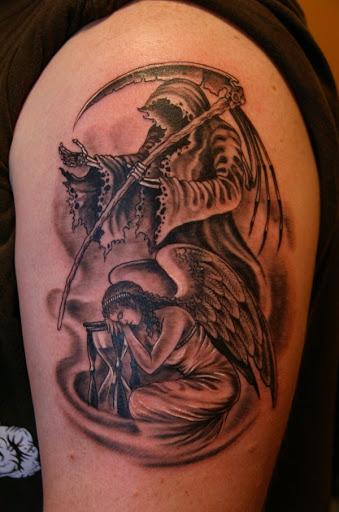 Contrastando Grim Reaper tatuagem com um anjo. O anjo é visto debruçado sobre a ampulheta como se proteger as areias do tempo, enquanto o reaper fica e espera o momento certo para atacar.