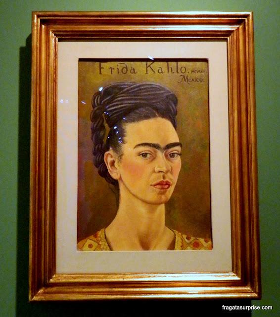 Autorretrato com Vestido Vermelho e Dourado, Frida Kahlo