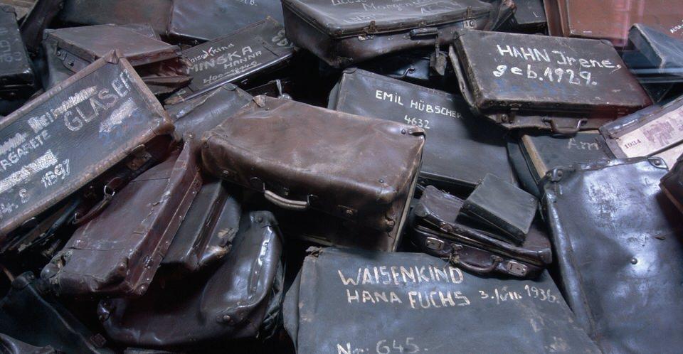 Ένας σωρός από βαλίτσες σε ένα δωμάτιο στο Άουσβιτς. Οι βαλίτσες, οι περισσότερες με επιγραφή με το όνομα του κάθε ιδιοκτήτη, αφαιρόντουσαν από τους κρατουμένους κατά την άφιξή τους στα στρατόπεδα.