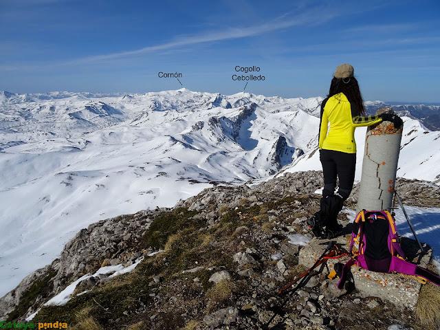 Disfrutando de las vistas en la cima de Peña Chana