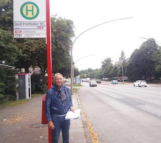 Uwe Batenhorst an der Bushaltestelle Groß Flottbeker Straße